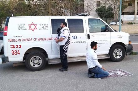 Coronavirus Report: Muslim and Jewish paramedics pause for prayer